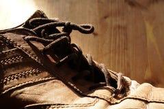 Teil alte Schuhe mit Spitzeen auf Bretterboden Stockfotografie