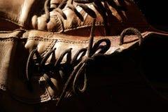 Teil alte Schuhe mit Spitzeen auf Bretterboden Lizenzfreie Stockbilder