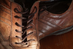 Teil alte Schuhe mit Spitzeen auf Bretterboden Lizenzfreie Stockfotos