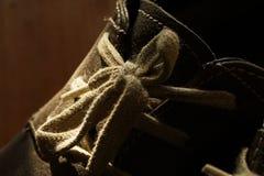 Teil alte Schuhe mit Spitzeen auf Bretterboden Lizenzfreie Stockfotografie