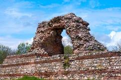 Teil der alten Stadtmauer im beliebten Erholungsort von Hissar-Stadt in Bulgarien Stockbilder