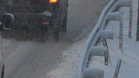 Teil der Autos, welche die schneebedeckte Straße während der Schneefälle weitergehen stock video