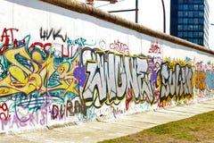Teil der Berliner Mauer stockbild