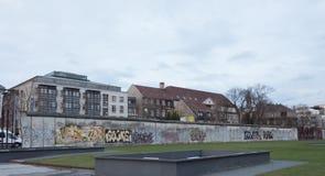 Teil der Berliner Mauer im Winter stockfotos