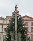 Teil der bildhauerischen Gruppe mit Weihnachtsbaum Stockfotos
