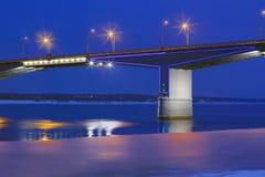 Teil der Brücke mit Laternen und der Reflexion im Wasser von Fluss lizenzfreie stockfotos