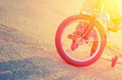 Teil der Fahrräder und des Kindes der Kinder auf dem Hintergrund von t lizenzfreie stockbilder