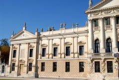 Teil der Fassade auf der rechten Seite des Eingangs des Landhauses Pisani bei Stra, das eine Stadt in der Provinz von Venedig im  Stockfotos