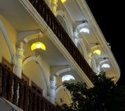 Teil der Fassade des Hauses, verziert mit Straßenlaternen, Nacht, helle Laternen lizenzfreie stockfotos