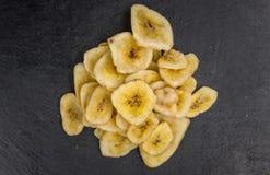 Teil der getrockneten Banane bricht auf einer Schieferplatte ab Stockfotos