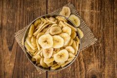 Teil der getrockneten Banane bricht auf hölzernem Hintergrund, selektive FO ab Lizenzfreies Stockfoto