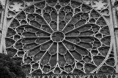 Teil der Hauptfassade von Notre Dame de Paris auf einer der Straßen Lizenzfreie Stockfotos
