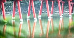 Detail der hölzernen roten Brücke mit Wasserhintergrund. Stockfotos