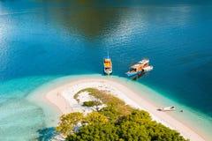 Teil der Küste von der Spitze Kelor-Insel lizenzfreie stockfotografie