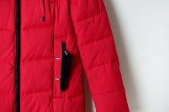 Teil der roten des Winters Jacke unten mit einer Tasche auf dem Reißverschluss Modekleidung Stockbild
