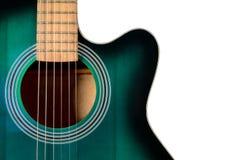 Teil der schwarzen und grünen Akustikgitarre, lokalisiert auf einem Weiß Lizenzfreies Stockfoto