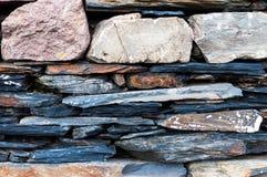 Teil der Steinwand bei der Gergeti-Dreiheitskirche oder bei Tsminda Sameba, Georgia Lizenzfreies Stockbild