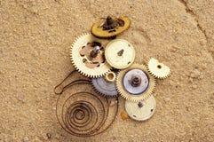 Teil der Uhrwerkvorrichtung auf dem Sand Stockfoto