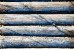 Teil der Wand hergestellt von den hölzernen Klotz stockbilder