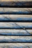 Teil der Wand hergestellt von den hölzernen Klotz stockbild