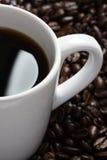 Teil der weißen Kaffeetasse mit Schalengriff Stockfoto