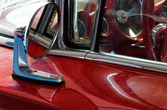 Teil des alten roten Autos und des Autospiegels Lizenzfreie Stockfotografie