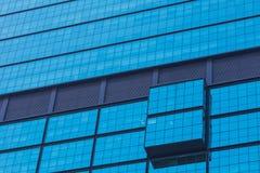 Teil des blauen Glasgebäudeäußeren des modernen Designs Lizenzfreies Stockfoto