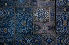 Teil des Bodens, blaue Fliese mit Verzierung stockfotografie