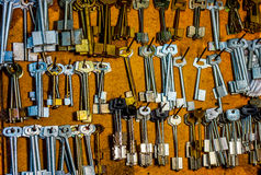 Teil des Brettes mit den Schlüsseln zu den Räumen im alten Hotel an der Aufnahme stockfotos