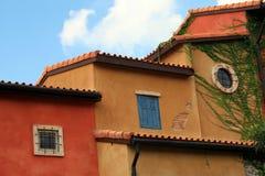 Teil des bunten Gebäudes und des Fensters Lizenzfreie Stockfotografie