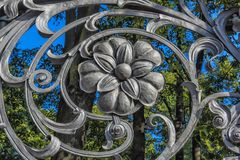 Teil des Gartenzauns Mikhailovsky (Michael) stockfotografie