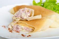 Teil des gerollten Pfannkuchen- oder Kreppschnittes zur Hälfte angefüllt mit Schinken und Käse auf ovalen Tellern diente Salat lizenzfreie stockfotografie