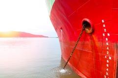 Teil des großen Frachtschiffs des Schiffs mit vielen Versandverpackung im Hafen Stockfotografie