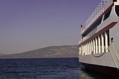 Teil des großen Kreuzfahrtschiffs im Meer am sonnigen Tag Kreuzschiff-Segeln vom Hafen Skyline mit Bergen und Ozean, Horizont stockbilder
