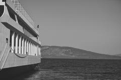 Teil des großen Kreuzfahrtschiffs im Meer am sonnigen Tag Kreuzschiff-Segeln vom Hafen Skyline mit Bergen und Ozean, Horizont lizenzfreie stockbilder