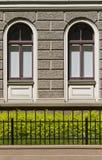 Teil des Hauses mit zwei ähnlichen Fenstern Stockfotografie