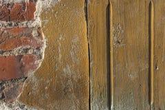 Teil des Holzhauses und der Backsteinmauer Stockbilder