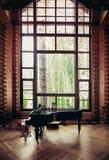 Teil des Innenraums mit großem Fenster Stockfotos