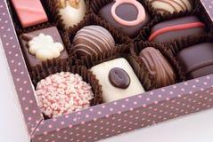 Teil des Kastens mit Schokoladenbonbons Stockbilder
