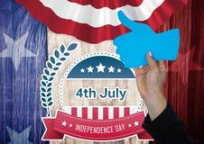 Teil des Mannes einen Daumen oben gegen amerikanische Flagge halten Lizenzfreies Stockfoto