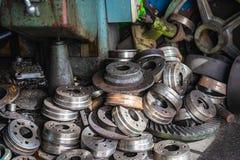 Teil des Metallwerkstückflaschenzuges hergestellt von der Drehbankmaschine stockbild