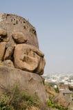 Felsiger Hügel an Golcanda Fort, Indien Stockfotos