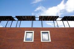 Teil des neuen Hauses mit Sonnenkollektoren Stockbilder