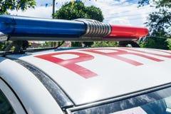 Teil des philippinischen Polizeiwagens mit blauem und rotem Blitzgeber unter bewölktem Himmel Lizenzfreie Stockfotos
