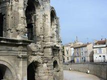 Teil des römischen Amphitheaters von Arles in Provence in Frankreich mit schließlich charakteristischen Häusern Lizenzfreies Stockfoto