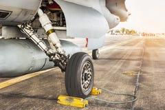 Teil des Rades und der Bremsanlage der Militärflugzeuge des Kampfflugzeugs des Falken f16 Stockbild
