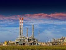 Teil des Raffineriekomplexes lizenzfreie stockfotos