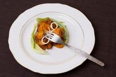 Teil des Schweinefleischeintopfgerichts mit Kartoffeln, Käse- und Blumenkohlblätter Lizenzfreie Stockfotos