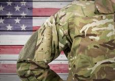 Teil des Soldaten gegen Hintergrund der amerikanischen Flagge Stockbild
