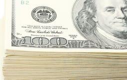 Teil des Stapels des Geldamerikaners hundert Dollarscheine auf weißem Hintergrund Stockbilder